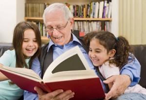 Adulto mayor y su nietos
