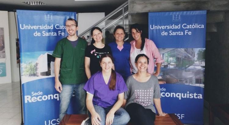Médica Veterinaria Fabiana Tomatis con los asistente al curso.
